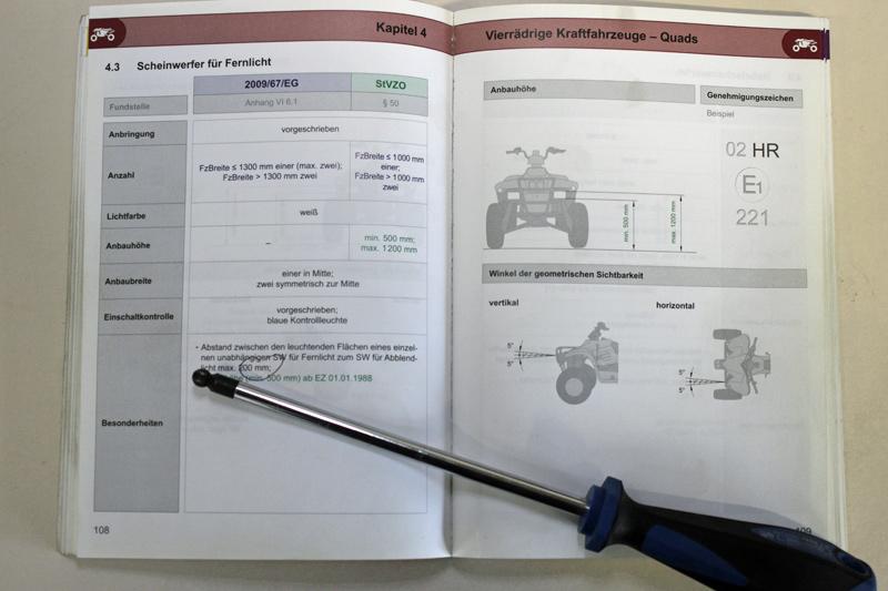 Es steht in der StVZO:  Bei einer Fahrzeugbreite unter bzw. bis 1.300 mm ist ein Fernscheinwerfer vorgeschrieben, zwei dürfen es sein. Über 1.300mm müssen es zwei sein