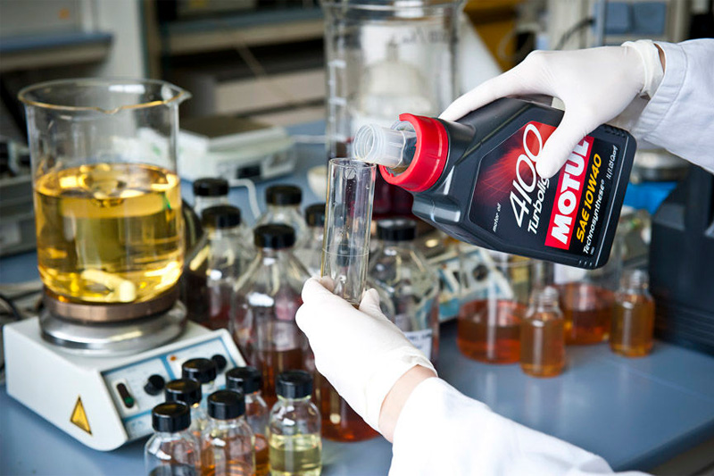 Die Entwicklung von innovativen, immer wirkungsvolleren und leistungsstärkeren Schmierstoffen steht für MOTUL im Blickpunkt.