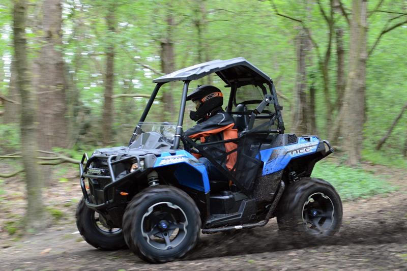 Hier ist er zu Haus: Auf abwegigen Touren im Waldgelände spielt das Fahrzeug seine ganzen Qualitäten aus.